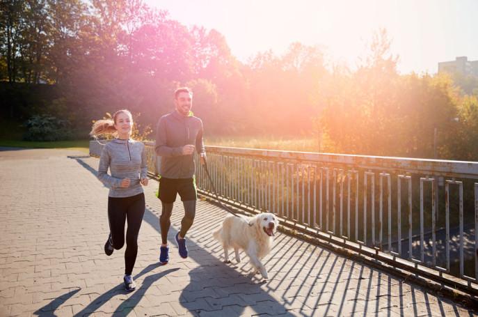 pareja-running-perro-otoño