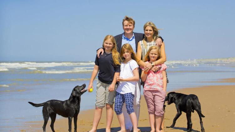 maxima-de-holanda-y-su-familia-celebran-el-inicio-de-sus-vacaciones-con-un-posado-en-la-playa